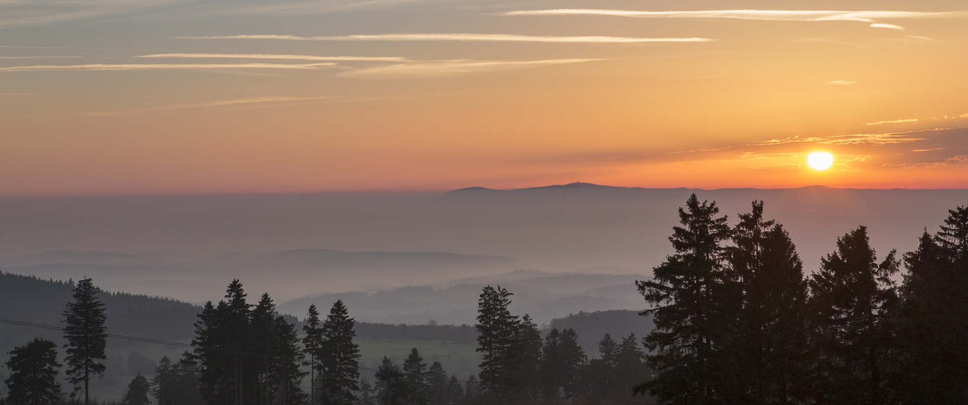 Höhenblick: Sonnenuntergang über dem Taunus