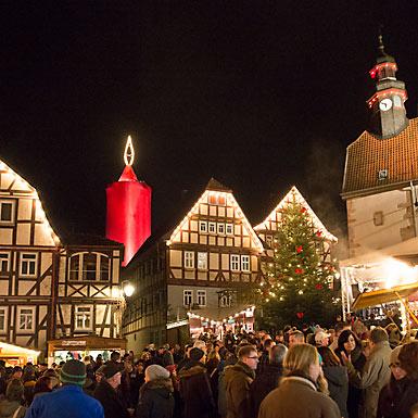Schlitzer Weihnachtsmarkt unter der größten Kerze der Welt