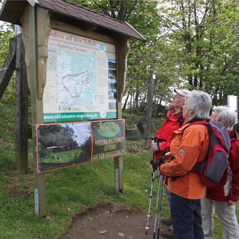 Gemeinsam Wandern mit einem Naturparkführer macht am meisten Spaß.